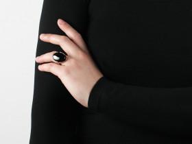 Mattie ring i guld med sort onyx fra Dyrberg/Kern