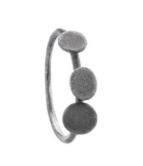 Globe ring i sølv oxideret fra Von Lotzbeck