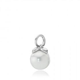 Berry vedhæng i sølv med hvid shell perle fra Izabel Camille.